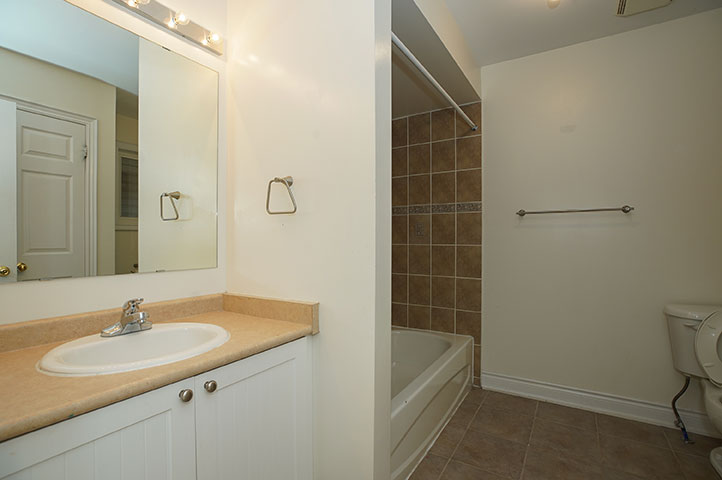 61 Winchester Terr - Bathroom - Before Renovation
