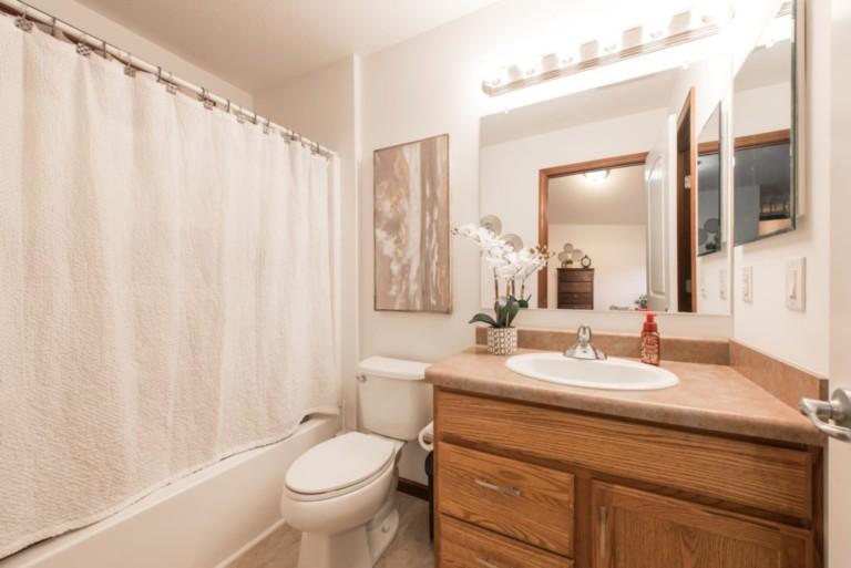 1007Racoon_Gravenhurst-Mobile-Home-Bathroom