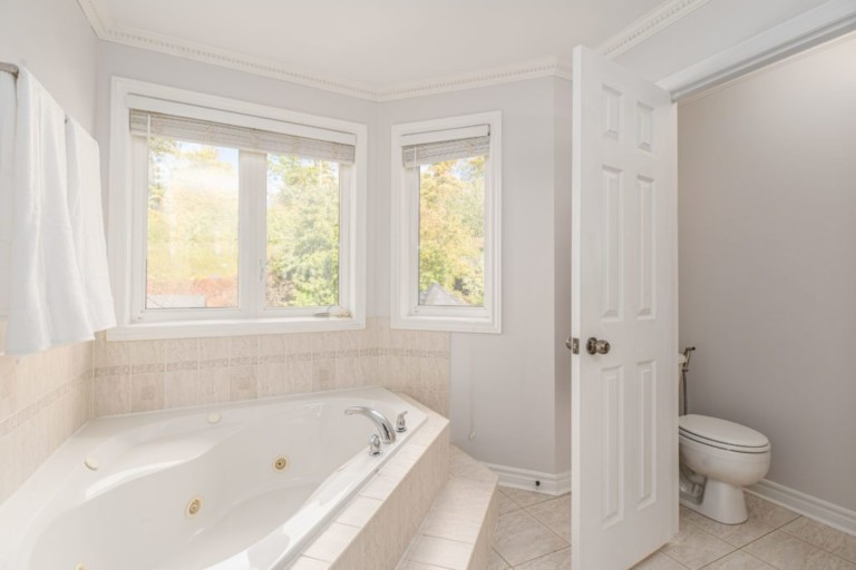 34-Pinecliff-Cres-Large-Bath-tub